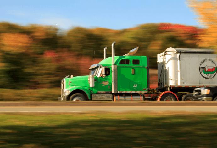 Camión Usado Cruzando La Carretera