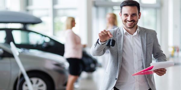 hombre comprando carro