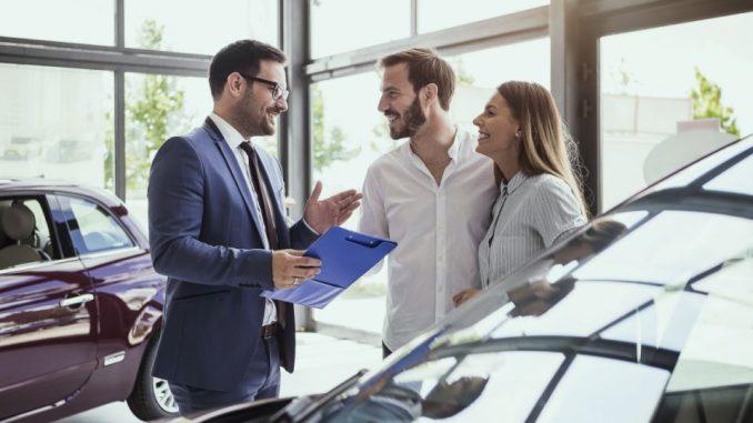 persona comprando seguro de auto