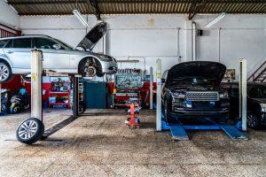 autos en taller mecánico
