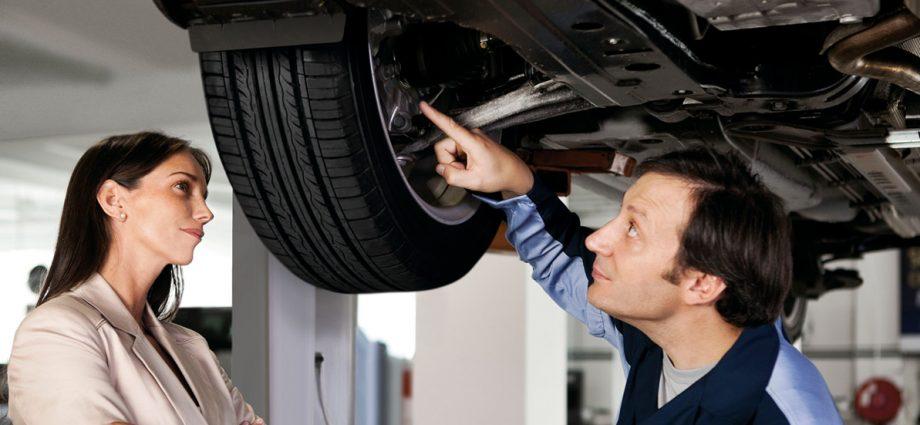 mecánico arreglando auto