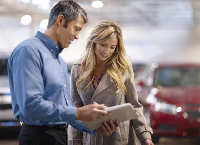 personas verificando seguro de auto